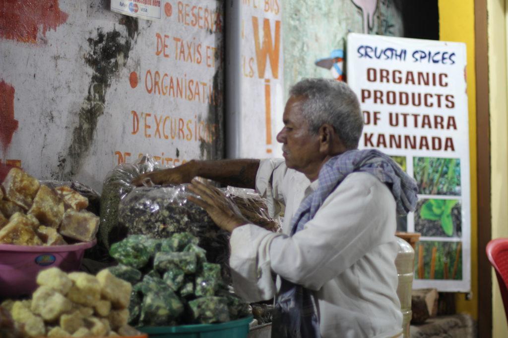 Магазины и лавки на главной улице Гокарны. Отдых в Индии